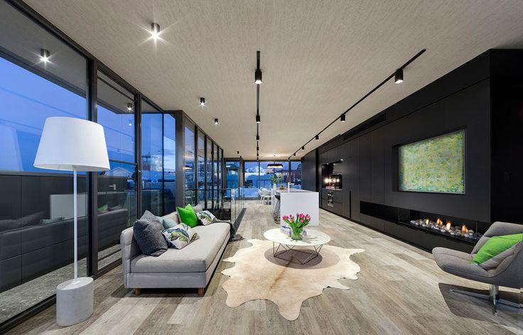 O piso superior desta conversão de armazém é uma sala de plano aberto cheia de luz, cozinha e sala de jantar.