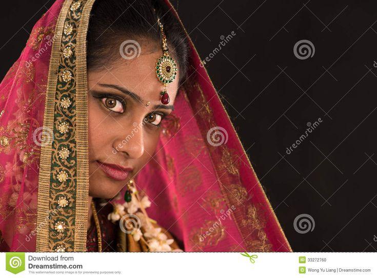 Jeune Femme Indienne Du Sud Dans La Robe Traditionnelle De Sari - Télécharger parmi plus de 30 Millions des photos, d'images, des vecteurs et . Inscrivez-vous GRATUITEMENT aujourd'hui. Image: 33272760