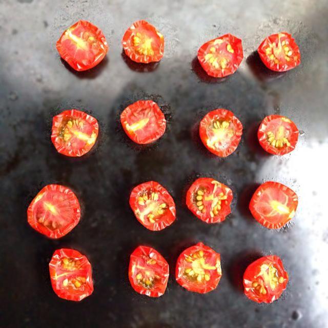 ベランダ菜園のミニトマトを車のダッシュボードでドライトマトに( 'ω')♡  ダッシュボードは75℃にもなるらしく、たった数時間でだいぶ乾燥しました♩  レンジは使いたくないし、 埃も虫も雨も気にならなくていい♩ - 5件のもぐもぐ - ドライトマト by Bet2y