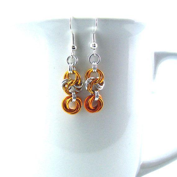 Deze sierlijke chainmaille oorbellen zijn een beetje meer delicate dan mijn gebruikelijke stukken. De keten, gedaan in glanzend aluminium lichtgewicht is nauwelijks 1/2 inch breed. Een combinatie van de glanzend zilver en gedurfde kleur, de combinatie is lacy en elegant.   Verkrijgbaar in zilver met: geel, oranje, rood of Seafoam.   Zie ook de bijpassende stukken:  Ketting: https://www.etsy.com/listing/152726102/silver-light-chainmaille- De andere stukken in mijn winkel Zie…