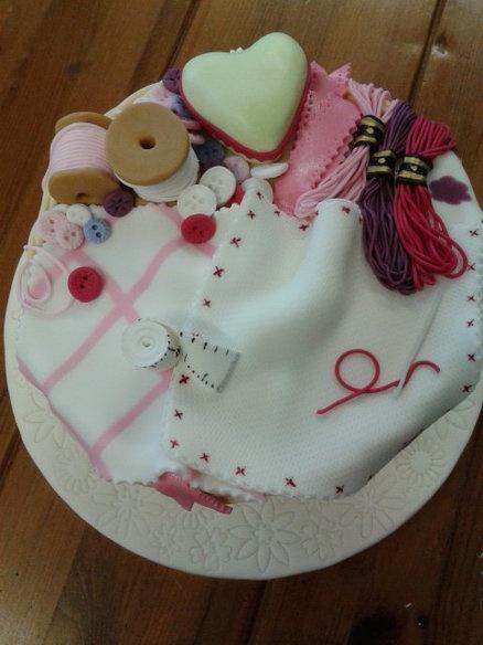 Bonnes vacances les brodeuses My sewing basket - by SueC @ CakesDecor.com - cake decorating website