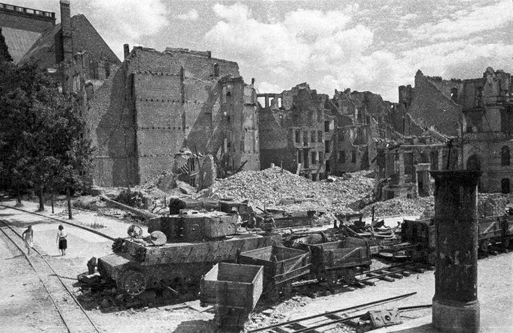 """Berlin 1945/46"" Panzer VI ""Tiger"" im Hansaviertel, Bezirk Tiergarten © Stadtmuseum Berlin | Foto: Cecil F.S. Newman"