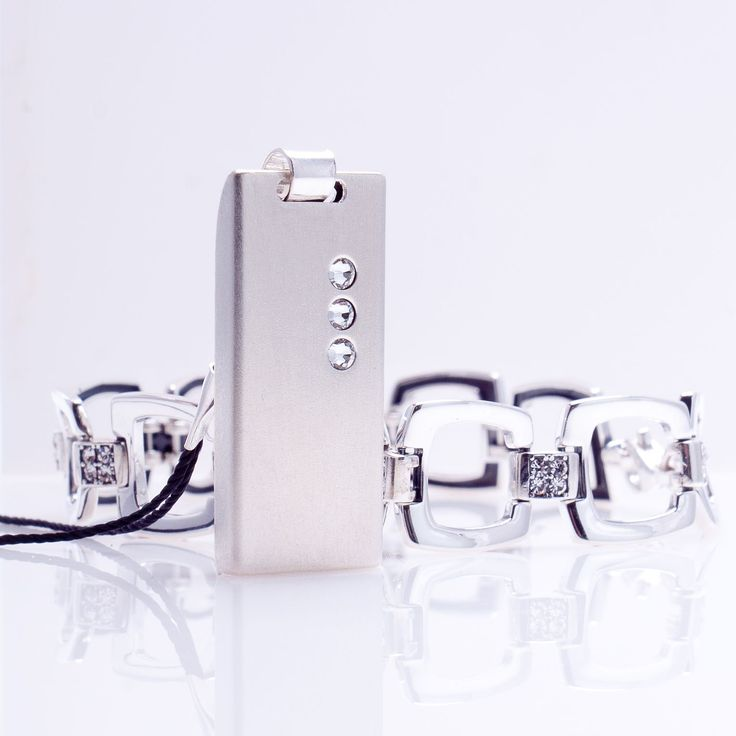 ZaNa Silver Crystal is a unique, sleek gadgets that combine modern technology with a unique USB memory design. Ultra-modern electronics capacity from 4GB to 64GB is enclosed in a housing with precious silver 925 genuine Swarovski crystals lined in seven colors to choose from!.