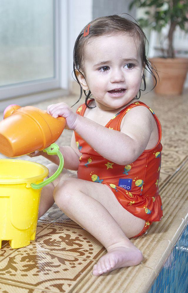 Ödül sahibi Bambino Mio bebek mayoları tarz sahibi bebekler için tasarlanmıştır. Pamuklu iç yüzeye sahiptir. Su geçirmez.
