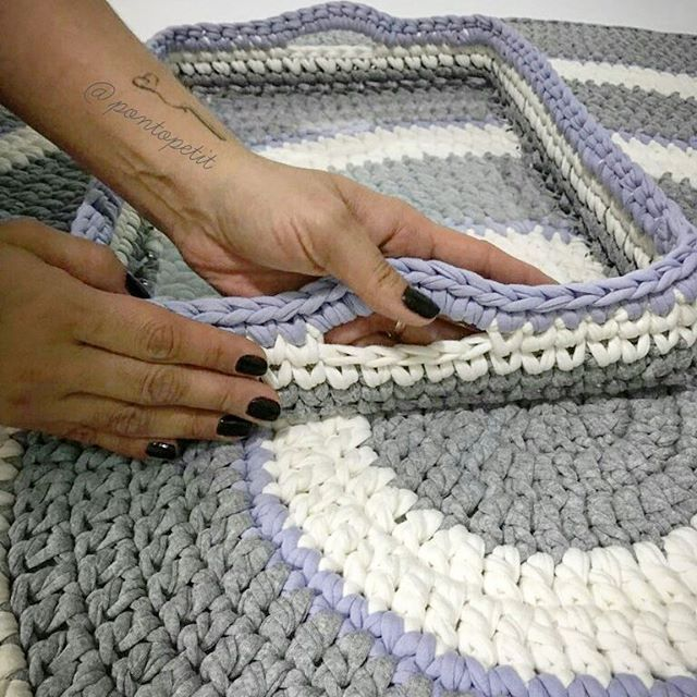 Ahhh esse kit!  #crochê #croche #crochet #crochetaddict #crochetlove #crochetrug #crocheting #bandejaacrilico #cestodefiodemalha #basketcrochet #cesto #fiodemalha #tshirtyarn #decorations #trapilhos #ganchillo #trapillo #decoracaodeinteriores #tapetes #tapetespersonalizados #tapetescroche #tapetesdefiodemalha #decoration #decoraçaoinfantil #pontopetit #homedecor #decoraçao #Decor