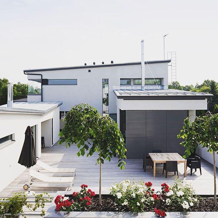 Kesän lämmöstä on ihana nauttia oman terassin suojassa, lisää ideoita oman talon suunnitteluun www.lammi-kivitalot.fi #lammikivitalo #talo #moderni #valkoinen #ajaton #tyylikäs #terassi #patio