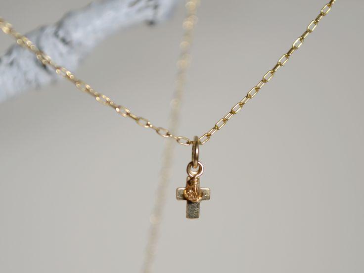 Goldkreuz mit Mini-Funkelperle an Goldkettchen von lovely and cute auf DaWanda.com