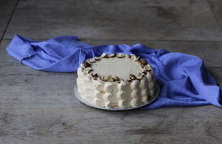 Upekla jsem dortíček zlískových oříšků abezlepkové mouky sčokoládovým krémem akrémem praliné, pasty zlískových oříšků vkaramelu.