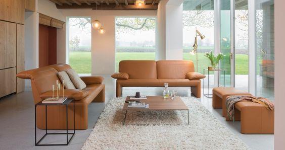 De #Jori Ascot #schuiftafel is een bijzonder handig #tafeltje dat u gemakkelijk aan uw bank of fauteuil schuift. Het tafelblad is bekleed met zadelleder, beschikbaar in verschillende kleuren. Voor het onderstel kan er gekozen worden tussen epoxy zwart of hoogglans chroom. Een elegant en licht tafeltje. #GilsingWonen #design #wooninspiratie
