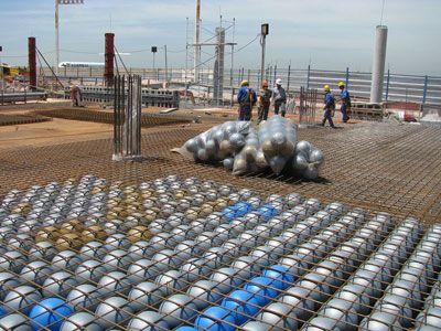 Sistema de losas sin vigas alivianadas con esferas de Prenova. Prenova obtiene esta estructura capaz de soportar sin deformaciones muros en cualquier posición, sin necesidad de vigas  en la Terminal de Ezeiza, Argentina. Sustentabilidad Ahorro de un 30% de hormigón y 20% de acero. Mayor resistencia sísmica. Reducción de CO2. Cada 10.000 m2 construidos se ahorran 1.000 m3 de hormigón, que equivalen a 220 toneladas de dióxido de carbono. Esferas y discos de material reciclado.