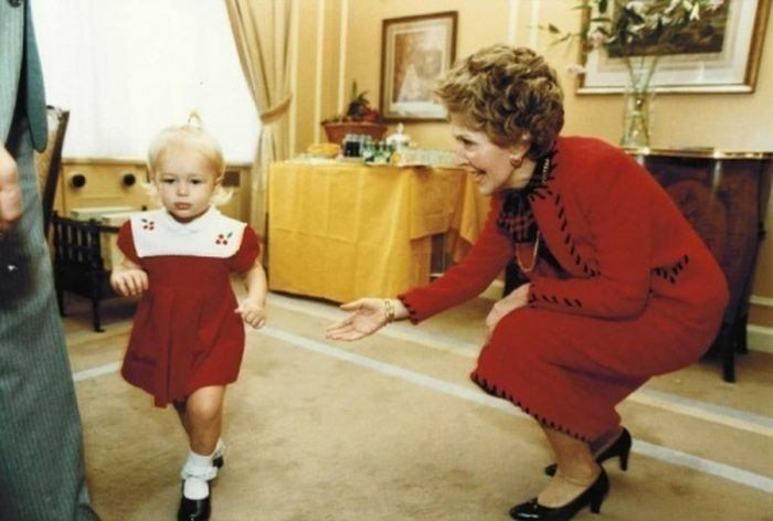 1992 год. 3-летняя Пэрис Хилтон убегает от бывшей первой леди США Нэнси Рейган