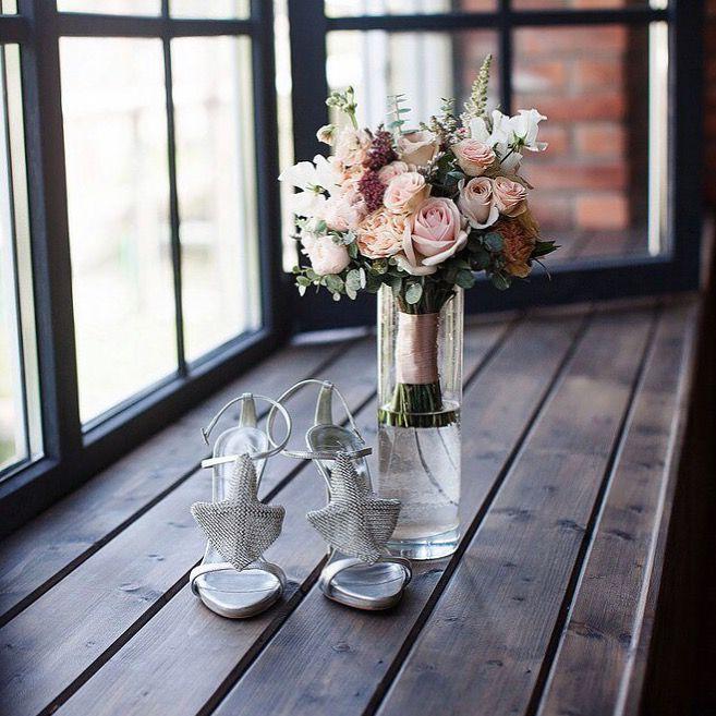 Свадебные атрибуты в деталях: букет невесты, босоножки. Сергиев Посад. Wedding details: pastel bridal bouquet and shoes