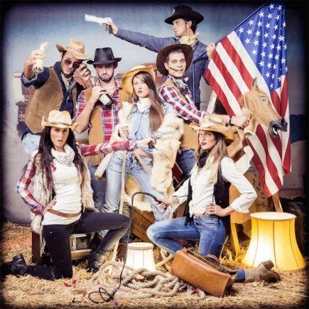 EVJF, enterrement de vie de jeune fille, enterrement vie fille, EVJF LYON, EVJF PARIS, EVJF Lille, EVJF Toulouse, anniversaire, event, idée EVJF, studio photo, paille, fun, décalé, drole, meilleur idée, photographe, décor, accessoire, vintage, déguisement, mariage, robe de mariée, mariée, future mariée, photo de groupe, drapeau américain, super héro, cadre, tableau, paille, entre amies, cowboy,