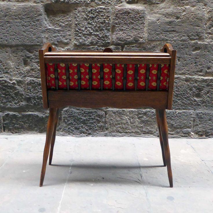 Hermoso mueble de costura de mediados de siglo. Realizado en madera y apoyado sobre 4 elegantes patas. Al abrir la tapa se revela un gran espacio para almacenamiento. Está en un excelente estado original. Esta exclusiva pieza de mobiliario es bastante inusual. Además de su uso natural puedes darle otros usos diferentes tales como mesa …
