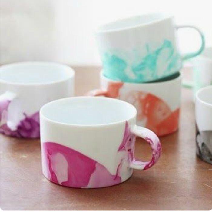 Si tienes un amigo invisible, estas ideas te lo ponen fácil: tazas, platos y macetas pintadas, tarros customizados con juguetes y pintura, murales para notas...