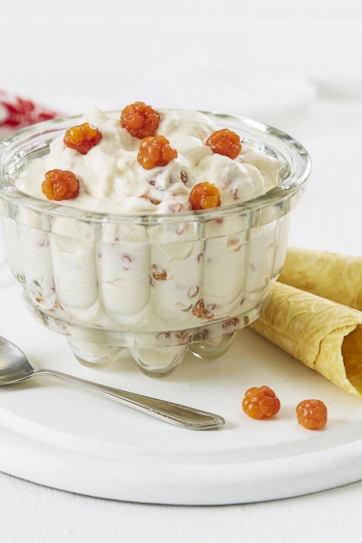 Multekrem - Dessert made of cloudberries and whipped cream.