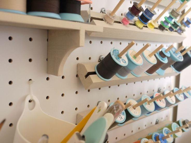 有孔ボードに100円ショップで買った棚やラックをとめつけています。手持ちのミシン糸がすべて収まって、気持ちいい~~糸たては、100円