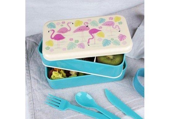 Bento box Flamand rose  Bento composé de 2 compartiments, de couverts, et d'un élastique pour le fermer. Une boîte pour emporter son déjeuner, goûter...   Cet article est adapté pour le contact alimentaire Le couvercle ne convient pour un usage au lave vaisselle Le fond convient pour un usage au lave vaisselle Non adapté au micro ondes Ne contient pas de BPA  Dimensions : 10 x 18 x 8,5 cm