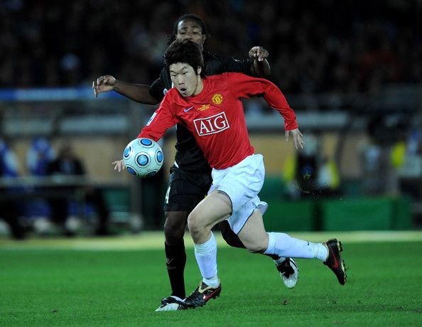 Park Ji-sung Photos - Park Ji Sung of Manchester United in action during the FIFA Club World Cup Japan 2008 Final match between Manchester United and Liga De Quito at the International Stadium Yokohama on December 21, 2008 in Yokohama, Kanagawa, Japan.  (Photo by Shaun Botterill/Getty Images) * Local Caption * Park Ji Sung - Park Ji-sung Photos - 208 of 225