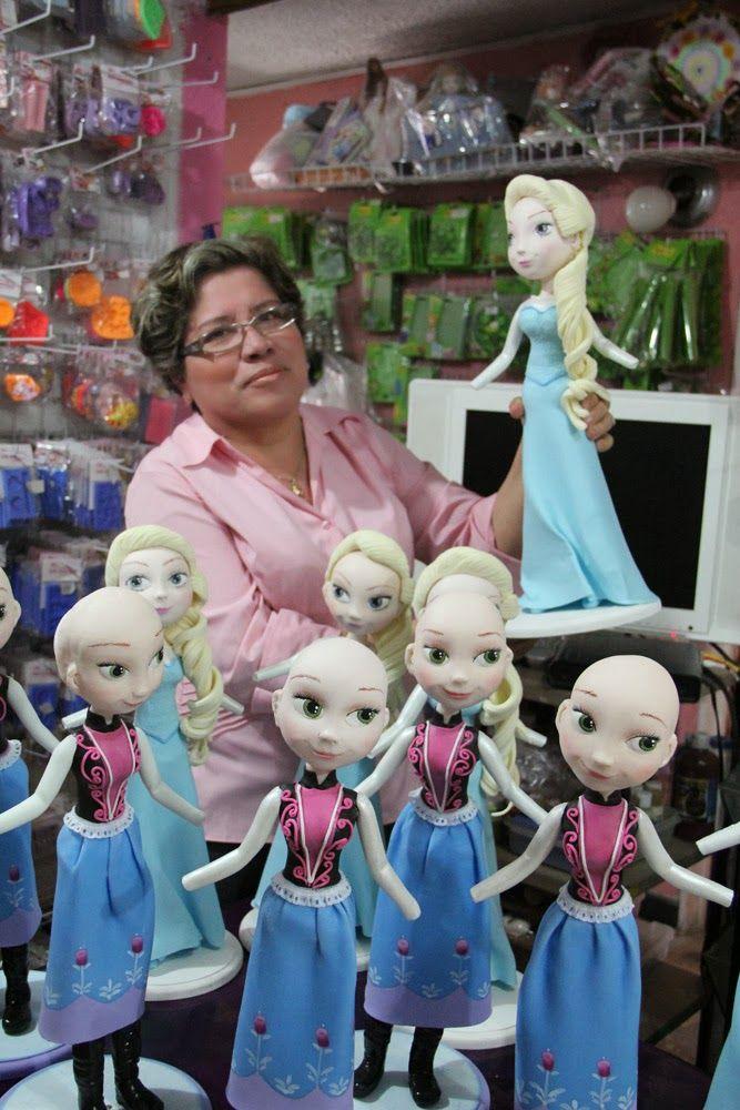 Su servidora, Lulú Mendoza con la elabroación  muñeca Frozen