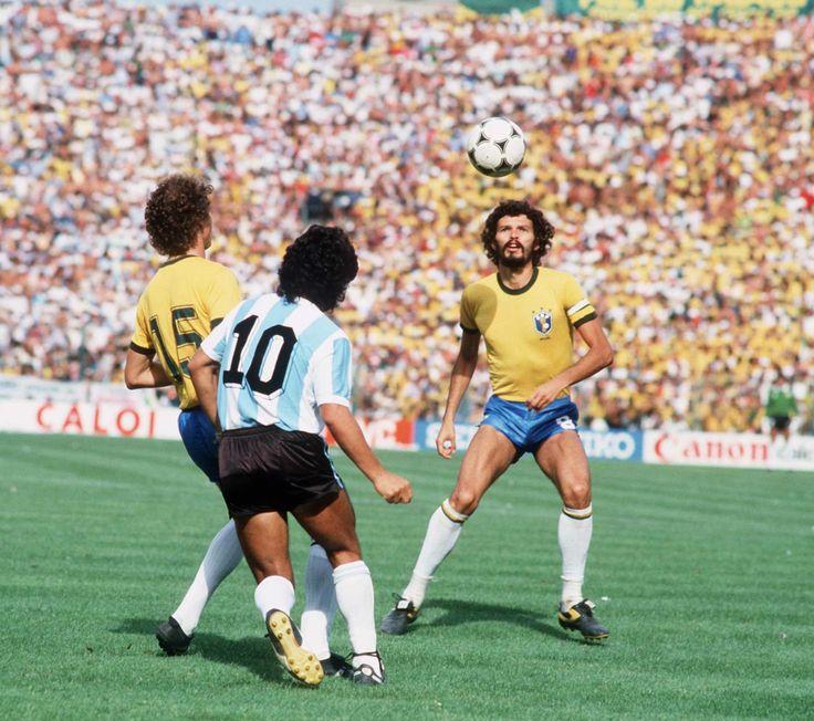 Batista marcando Maradona e Sócrates de olho na bola. Brasil 3x1 Argentina | Copa do Mundo 1982.