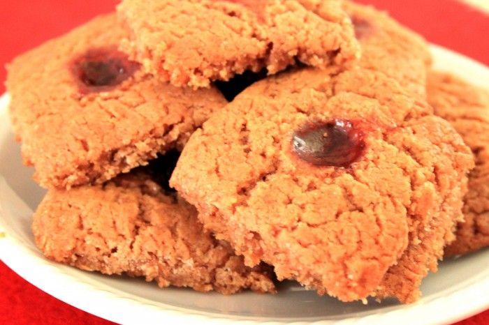 Deliziosi e facili biscotti alla marmellata senza burro e senza uova dall'aspetto rustico.
