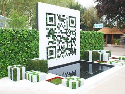 Un Codice QR è attualmente in mostra al Flower Show nel Regno Unito.Il QR Code indirizza al sito web fornendo ulteriori informazioni sul giardino - QR Code garden is currently on display at the UK's most prestigious flower show, The Royal Horticultural Society Chelsea Flower Show.Medal in the Fresh Garden category which showcases experimental and innovative design concepts and the creative use of materials.The code resolves to a website giving more information about the garden.