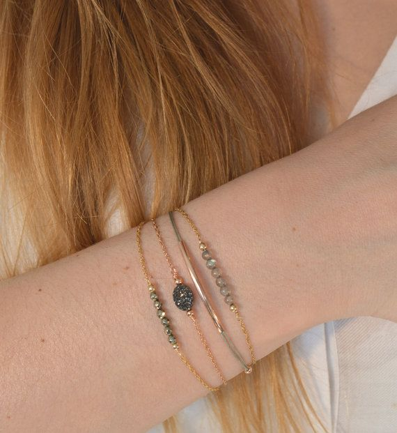 Eenvoudige en elegante armband bestaat uit een mooie ketting en een bar van labradoriet kralen * 3 mm. Deze armband is beschikbaar in goud gevulde 14 K * goud geel, goud gevuld 14 K * rose goud of zilver 925.  Alleen dragen of om te accumuleren, de foto met verschillende sieraden is een voorbeeld dat de prijs betreft een enkele sieraden.  Hecht door middel van een glijdende gesp.  Armband drie maten zijn beschikbaar: S = 14 / 15cm M = 15 / 17cm L = 17 / 19cm  Ook...