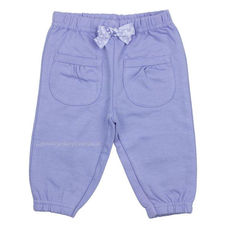 Zacht jogging broekje van Dirkje in mooie lila kleur. Er is een bijpassend vest en shirts.