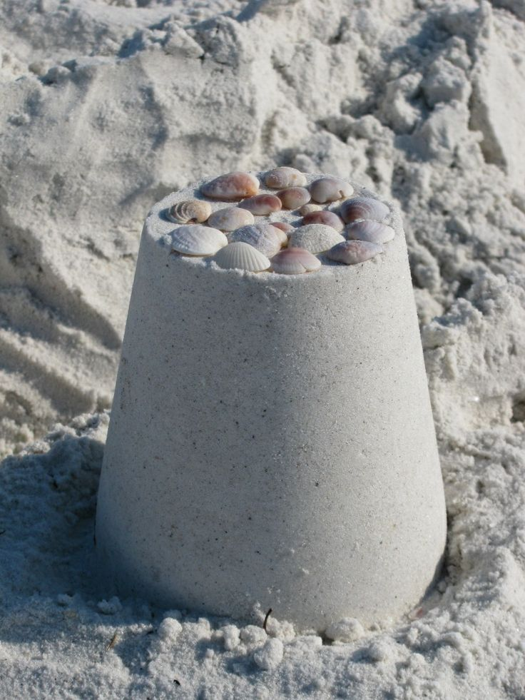 Eindeloos veel zandkasteeltjes bouwen #strand #zandkasteel #spelen