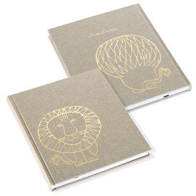 """Linnetrådsbunden skrivbok med omslag av högkvalitativ bokbinderiväv. Lejonet """"Leo"""" av Lisa Larson pryder omslaget (fram och bak) med en prägling i guldfolie. Inlaga med 96 blanka blad, FSC-certifierat, vitt svensktillverkat 100 gramspapper. Har märkband och matchande spegelpapper. Yttermått: 175 x 207 x 17 mm. Bladmått: 170 x 200 mm"""
