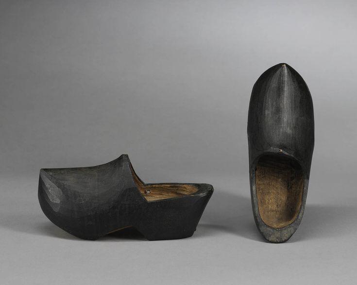 Paar zwart geschilderde klompen van peppel- of populierenhout voor jongen van ongeveer 9 jaar op Marken. Ook vrouwen droegen op Marken zwart geschilderde klompen, maar deze waren voorzien van hun initialen. voor 1898 #NoordHolland #Marken