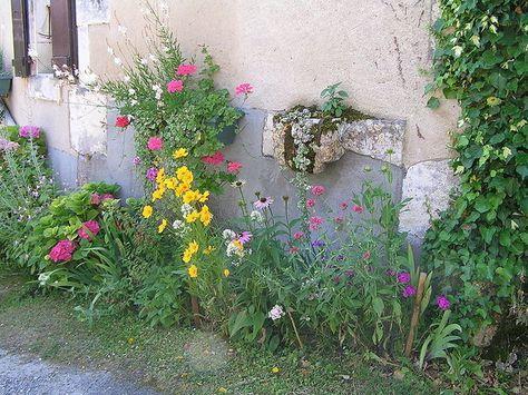 planter devant sa porte fleurir le trottoir semer contre. Black Bedroom Furniture Sets. Home Design Ideas