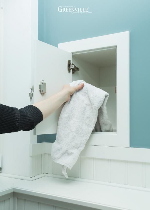Wäscheabwurf im Obergeschoss. Von hier gelangt die schmutzige Wäsche direkt in den Wäscheschrank im Mudroom.