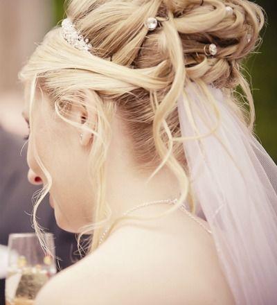 Bruidskapsels: Een sluier zonde van je kapsel?  Je kan je sluier ook onder je opgestoken haar dragen. Meer tips: www.bruidsmodemariska.nl