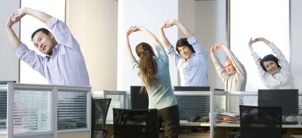 Pasar muchas horas en la oficina suele hacer que ejercitarse sea complicado. Sin embargo, nuestro cuerpo necesita estar en movimiento para mantenerse saludable. Además, pasar muchas horas frente a la computadora puede afectar distintas partes del cuerpo, como la espalda, el codo, las muñecas y las manos. El sedentarismo también puede ocasionar problemas cardíacos, diabetes e hipertensión. Si tus ocupaciones diarias evitan que puedas dedicarle tiempo a la actividad física, estos ejercicios te…