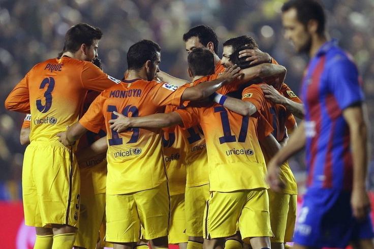 Los jugadores del Barcelona celebran el tercer gol de su equipo, marcado por Andrés Iniesta