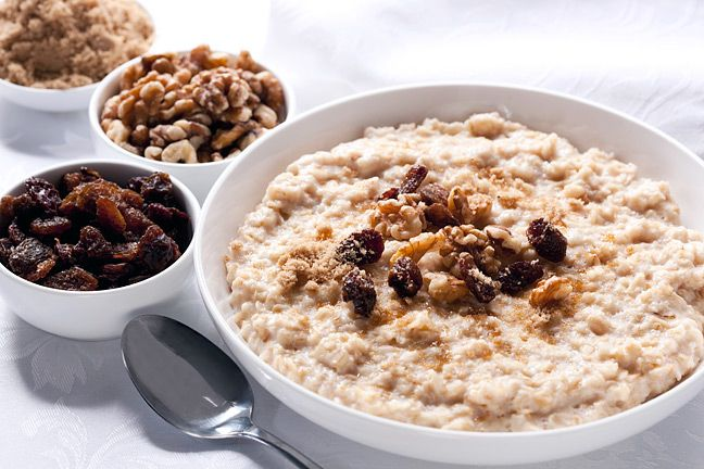 Zum Frühstück empfiehlt Hildegard, stets einen warmen Getreidebrei zu sich nehmen und kein kaltes Müsli! Schon 25g Dinkelkleie täglich können den Cholesterinspiegel bereits um ca. 3% senken. Rohkos…