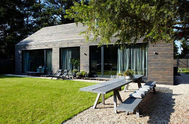 Are lambriuri și pe acoperiș casa asta modernă din lemn