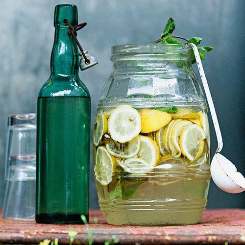 Deze citrussiroop met munt en gember leng je aan met ijskoud water op een hete dag. Serveer met ijsklontjes. 1 Verwarm in een grote pan het water en los de suiker erin op. 2 Schil de citroenen en limoenen met een dunschiller en...