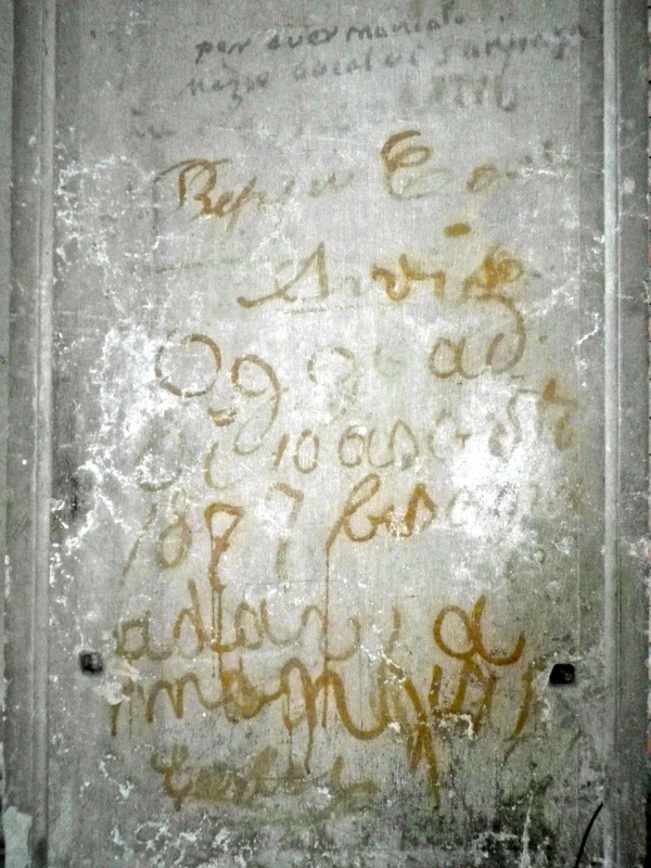 Scuola della misericordia: scritte sui muri, tanto tempo fa.