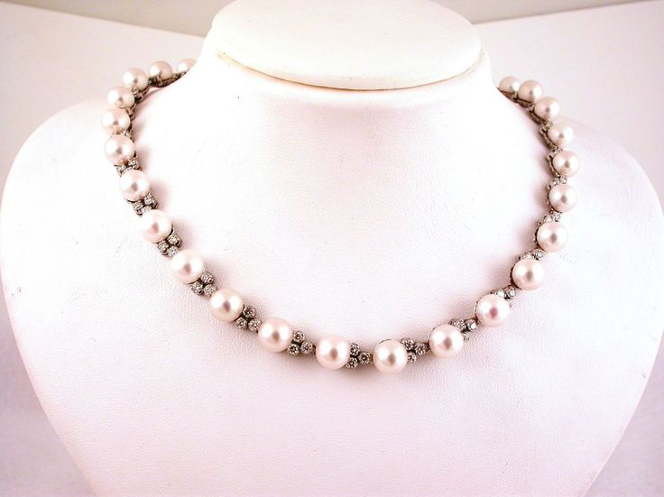 Necklace - Pearls and Diamonds. 18 carat gold (kt), white gold, 25.20 grams (gr).96 diamonds, brilliants cut4.68 carat (H colour VVs clarity).32 Japanese pearls, ( diameter 8 mm) of carat total 128.00,16.50 inches   42.00 cm (Italy).Codex: TSOLS.ss.