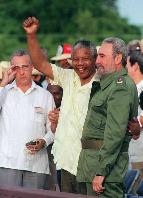 Nelson Mandela con Fidel Castro. Mandela saluda a la multitud junto a Fidel Castro en Matanzas, Cuba, en julio de 1991