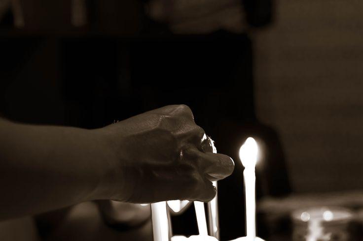 Encendiendo velas de cumpleaños.
