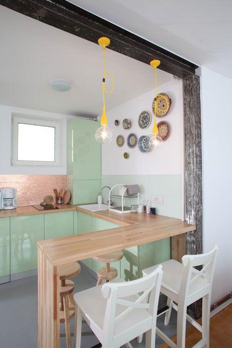 Simples e cores neutras... Uma cozinha jovem e descolada.