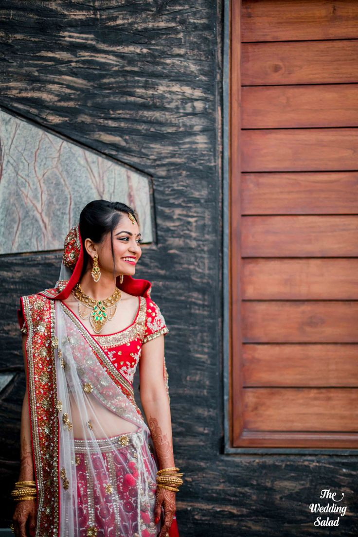 Red & White Panethar | Indian Bride | Gujarati Wedding | Photo by The Wedding Salad