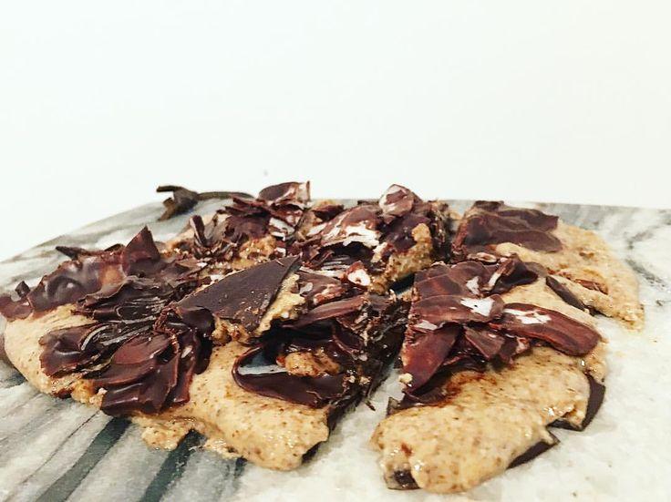Lördagsgodis 😋 100g mörk choklad 3msk mandelsmör 1dl kokoschips Smält 2/3 choklad och bred ut på bakplåtspapper. (Ca 10x10cm) låt stelna i kyl. Bred ut nötsmör ovanpå och in i kyl igen, smält sista chokladen och blanda ner kokos/nötter och bred ovanpå - kyl en sista gång innan de är klara att ätas 😍 Så himla gott! #lchf#fav#godis#jordnötssmör#jordnötter#lowcarb#recept#sockerfritt#lördagsgodis protein proteinpulver