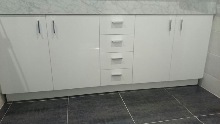mueble de baño, lacado en blanco con cajones, puertas abatibles #mueblesdebaño