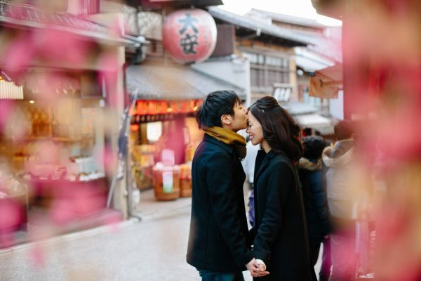 Man Kissing Fiance on Japanese Street | photography by http://annawu.com/