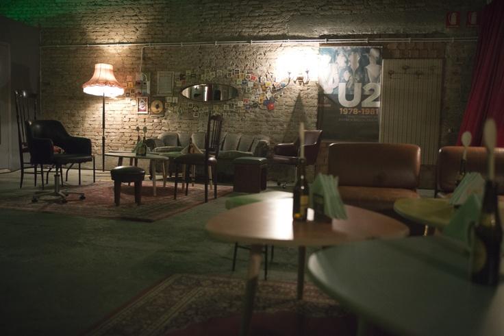 Ambientazione pub irlandese ricreata per sfilata Niu' AW2013/14 con arredamento e oggetti vintage